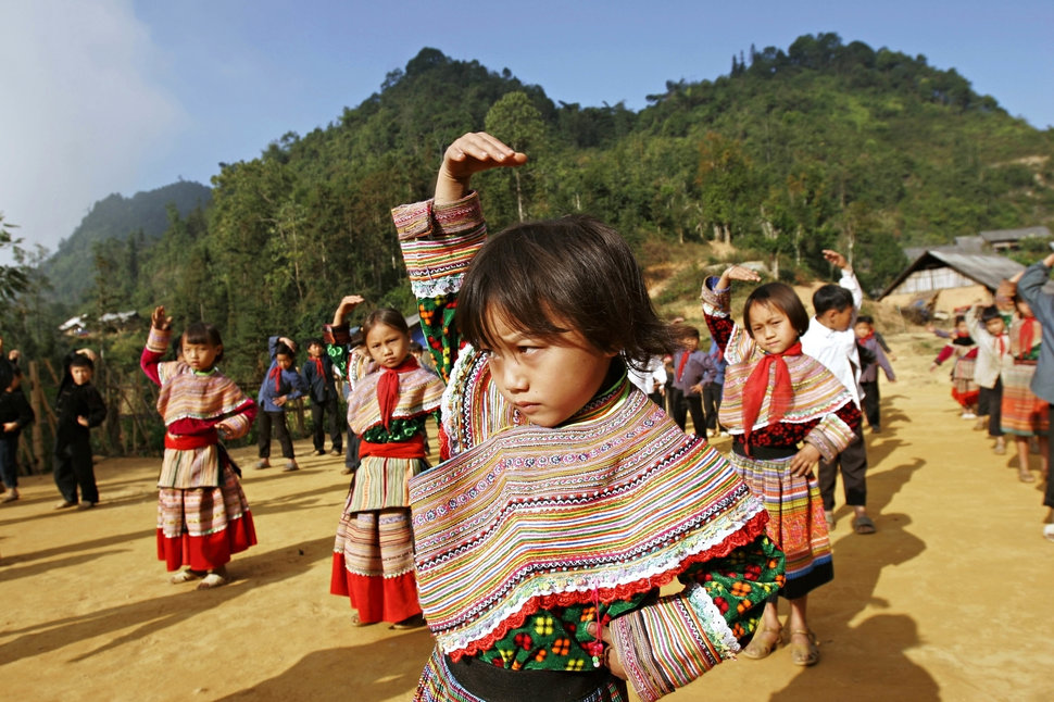 BAC HA, LAO CAI, VIETNAM - 2006/11/29: H'mong students exercise at Hoang Thu Pho primary school.. (Photo by Chau Doan/LightRocket via Getty Images)