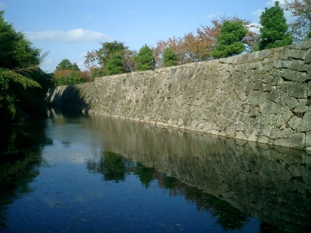 This image has an empty alt attribute; its file name is koriyama-castle-moat.jpg
