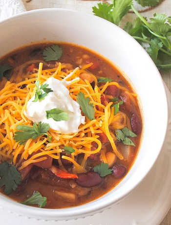 Easy Vegetarian Chili by 2sistersrecipes.com