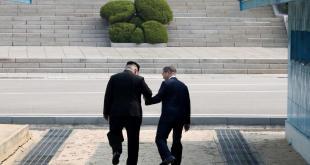 Kim Jong-un (g.) et Moon Jae-in à Panmunjeom le 27 avril 2018. Korea Summit Press Pool/Pool via Reuters