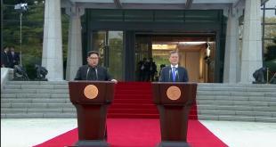 Les dirigeants nord et sud-coréen lors de leur conférence de presse historique à Panmunjeom, le 27 avril 2018. REUTERS