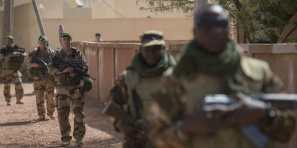 Des soldats français de Barkhane et des soldats maliens des FAMA lors d'une patrouille commune à Ansongo, près de Gao