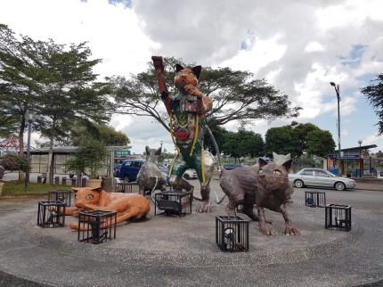 In der ganzen Stadt verteilt findet man Katzen-Statuen