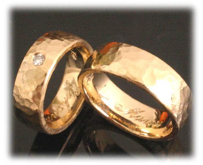 TrauringeEheringe IM359 gehaemmert aus Gelbgold mit Diamant