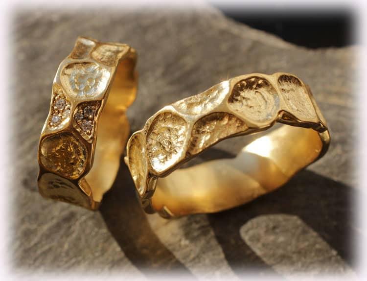 Eheringe IM121 mit Diamanten 008ct aus Gelbgold 750 gehmmert matt