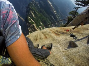 rob-taylor-hiking-at-death-plank-hike-huashan-national-park-b