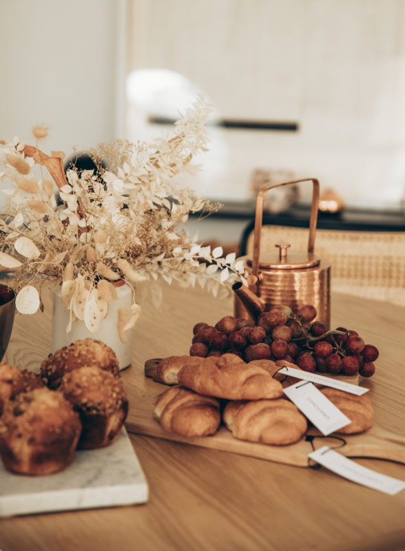 Sydne Style shows easy fall home decor ideas with dried flowers on wood table