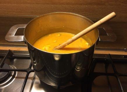 pan met pompoensoep op een gasfornuis