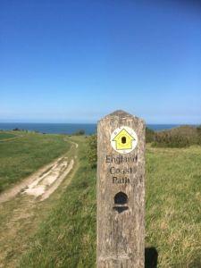 wandelpad door weide aan de Engelse kust