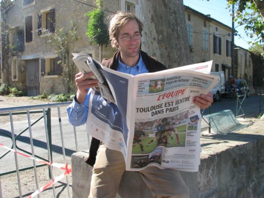 Paul de La Presle leyendo el periódico