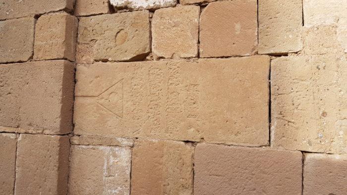 Inscripciones en una de las paredes de la Iglesia de Santa María de Talamanca