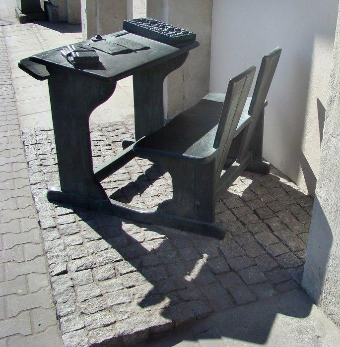 Памятник школьной парте, установленный в центре Варшавы