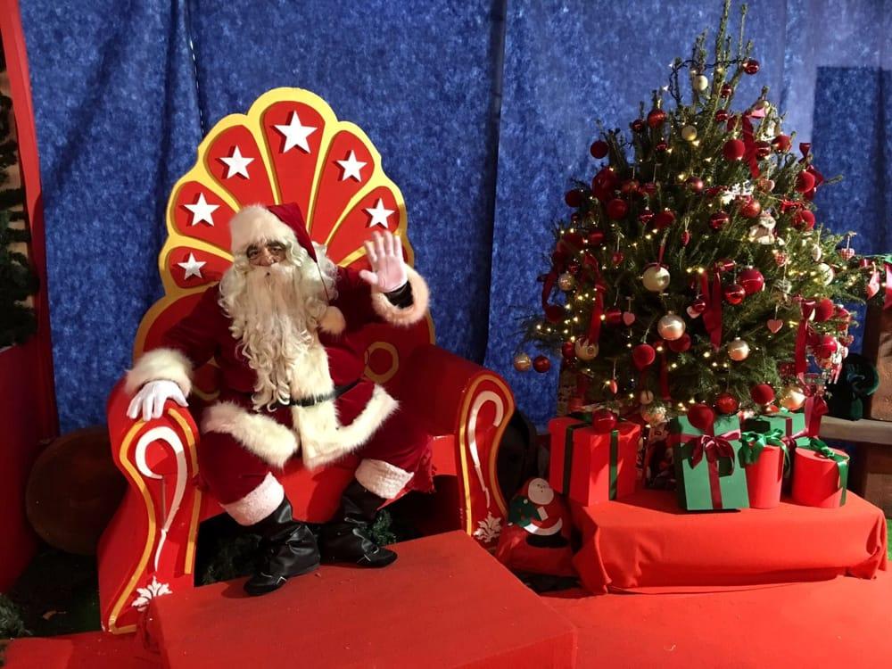 Babbo Natale porta la sua casa le renne e la fabbrica di giocattoli a Cesenatico