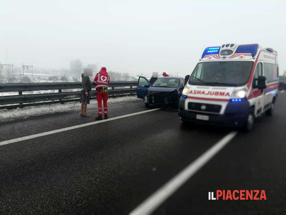 Testacoda sul ghiaccio e impatto con il guardrail madre e figlio feriti in autostrada