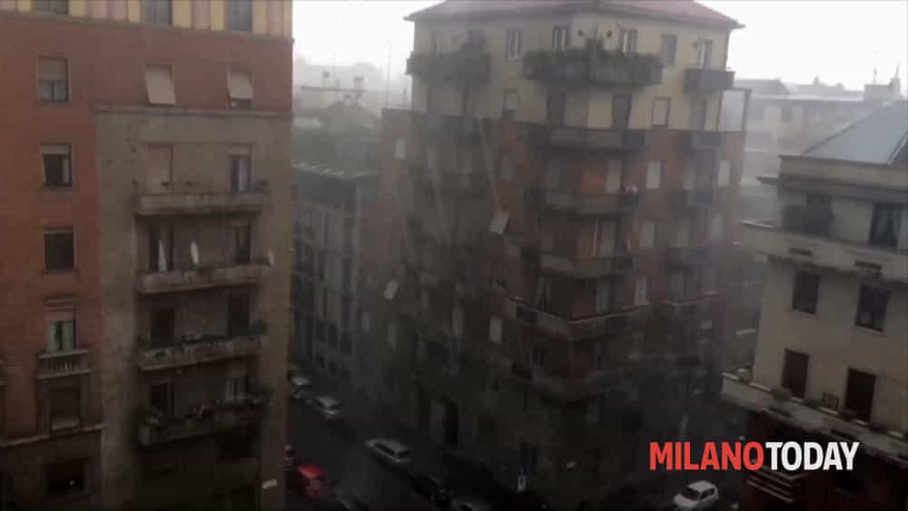 VIDEO  Temporale a Milano bufera di grandine e vento Video