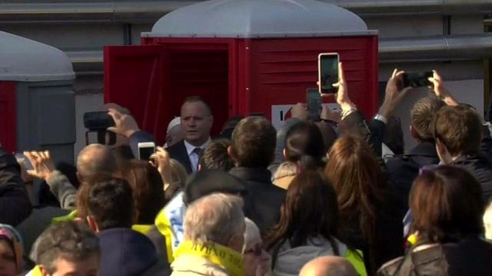Papa Francesco a Milano il Pontefice nel bagno chimico  VIDEO Video