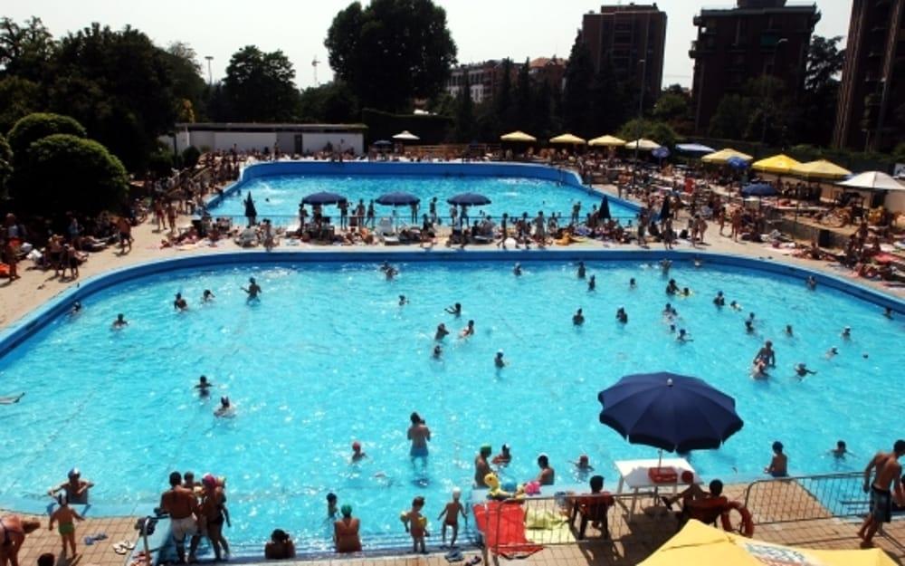 Dramma nella piscina Argelati in Porta Genova uomo trasportato in fin di vita