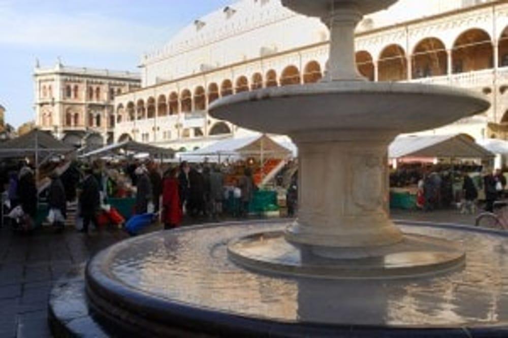 Le figlie di bagnano nella fontana di piazza delle Erbe multati a Padova