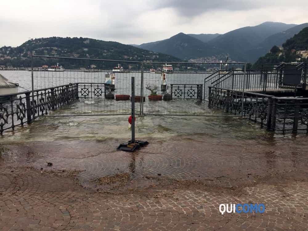 Lago di Como alto per il maltempo marciapiede allagato in