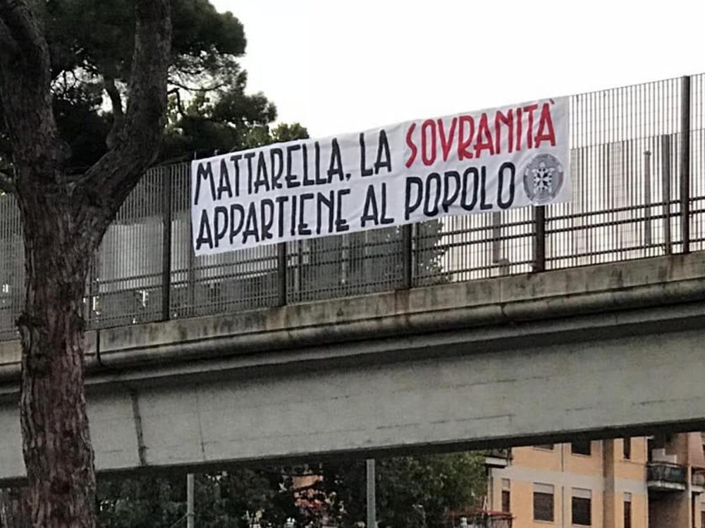 Ostia CasaPound contesta Mattarella striscione sulla via del Mare