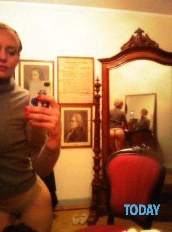 Justine Mattera lato b nudo di fronte lo specchio