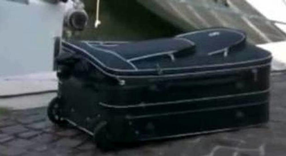 Trovato cadavere in valigia ad Alice Castello  Corpo intero rannicchiato  4 novembre 2017