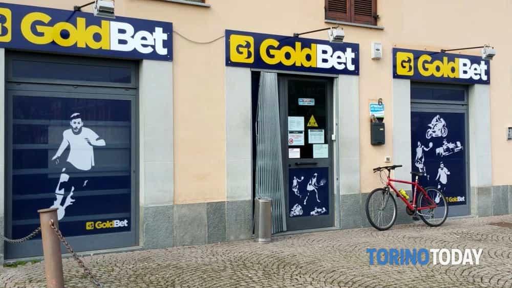 Centro Scommesse GoldBet  Via Gramsci Borgaro  Ladri rubano la cassaforte e scappano