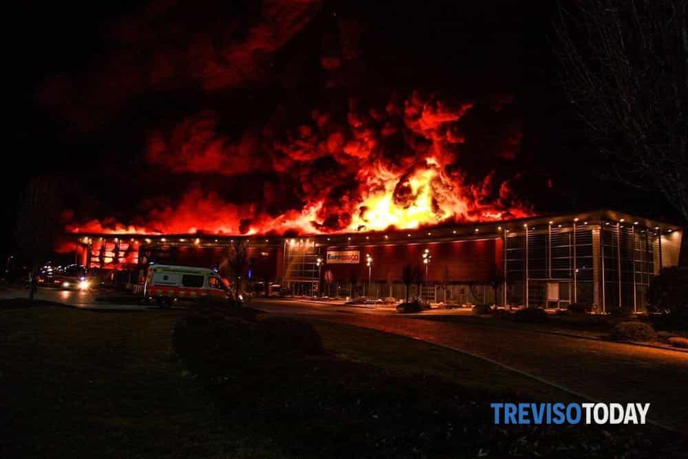 Devastante incendio allUnieuro di Oderzo al lavoro 15