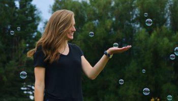 femme heureuse affirmations positives défi