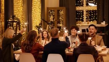 famille à table au réveillon. Pourquoi arrêter de prendre des bonnes résolutions ?