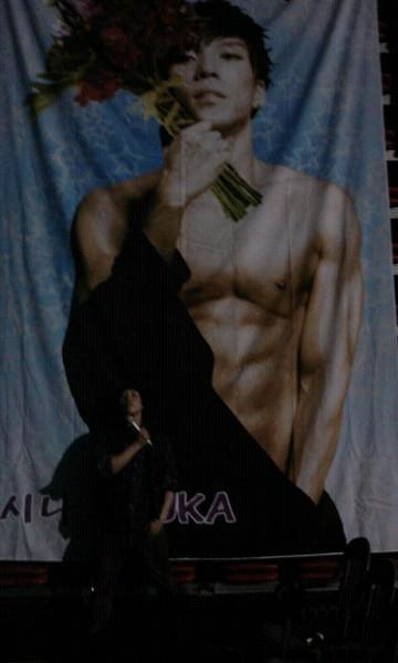 110206 Changmin's Twitter  ㅋㅋㅋㅋㅋㅋㅋㅋ 꽃대신 마이크를 든 남자 ㅋ 아우~ 적나라한 ㅋㅋ kekekekekekekeke A man holding a mic instead of a flower ke Oww~ naked keke