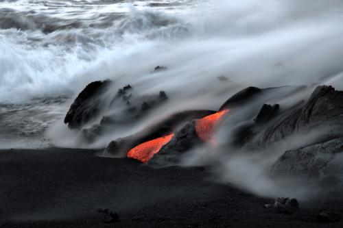 Los volcanes son monumentos a la origen de la Tierra, la evidencia de que sus fuerzas primordiales se encuentran todavía en el trabajo.  Durante una erupción volcánica, se nos recuerda que nuestro planeta es un entorno en constante cambio, cuya base son los procesos más allá del control humano.  Por mucho que nos han alterado la faz de la Tierra para satisfacer nuestras necesidades, sólo puede asombrarse ante el poder de un eruption.Hawaii Parque Nacional de los Volcanes es un fascinante mundo de la actividad volcánica, la diversidad biológica, y la cultura de Hawai, el pasado y present.Photo: Yvone Baur, Servicio de Parques Nacionales