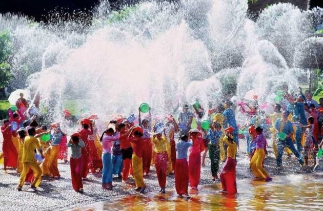 Songkran-agua-cubos-Thailandia-Asia-viajes-de-aventura-viajes-alternativos-turismo-responsable-viajes-en-grupo-viajar-en-grupo-viajar-sola-viajar-solo