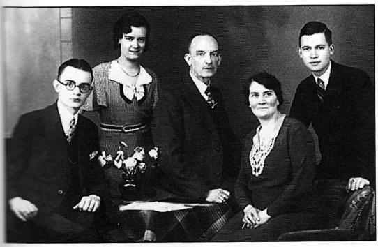 Foto van Nicolaas Overgaauw en zijn gezin, 1930