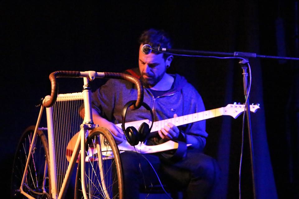Roberto Heruzo con su skateboard guitar