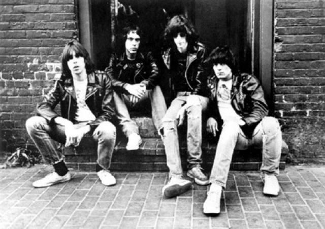 Los Ramones sentados
