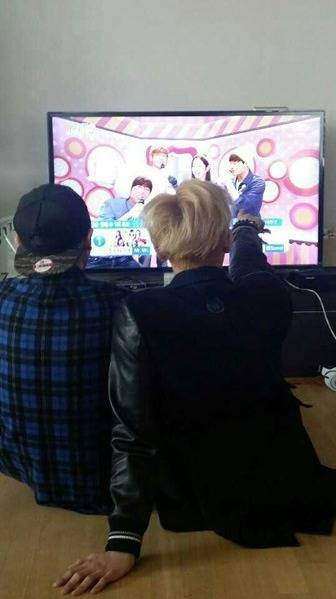 Sehun and Tao watching Inkigayo together!