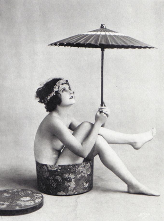 grandma-did:  retrogasm:  Looks like rain…  (via retrogasm)  Fun vintage nude. Insert hat box joke here.