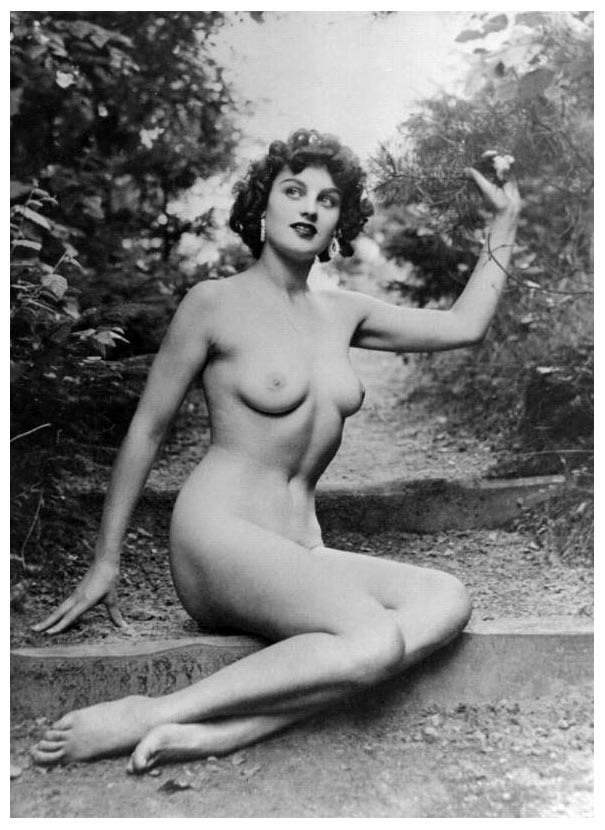 Gorgeous retro nude on a wooded trail. Yum!