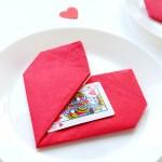 Serce z serwetki – efektowna dekoracja stołu