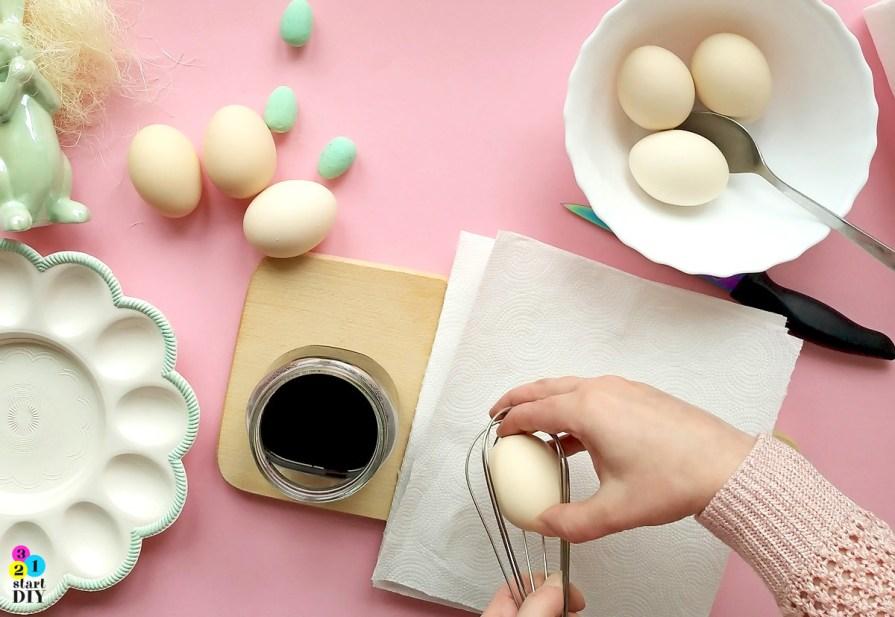 sprytny sposób na barwienie jajek