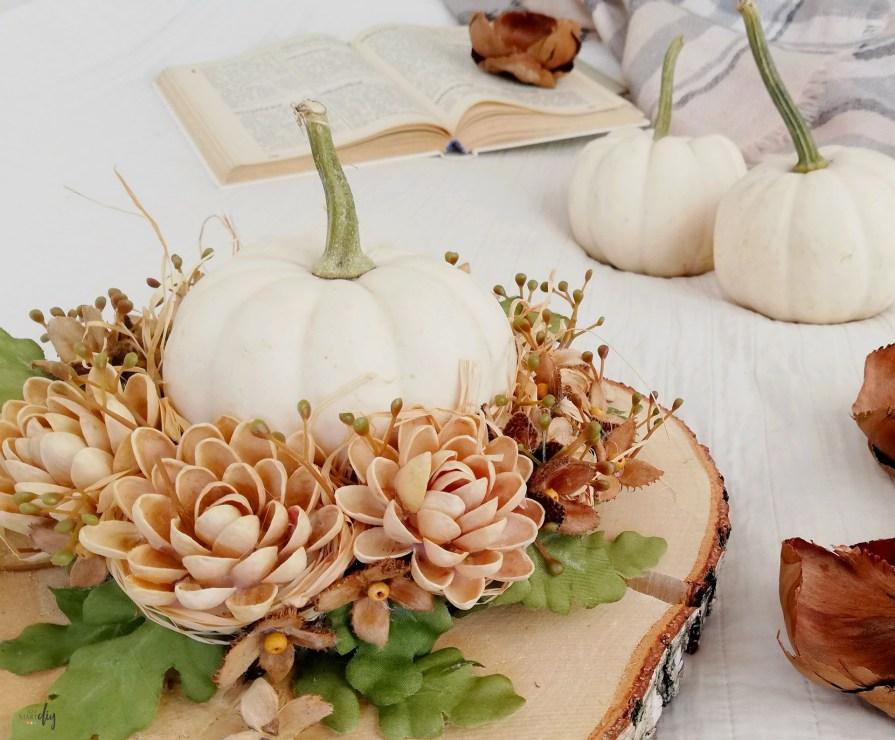 Jesienny stroik na stół - dekoracja z białą dynią