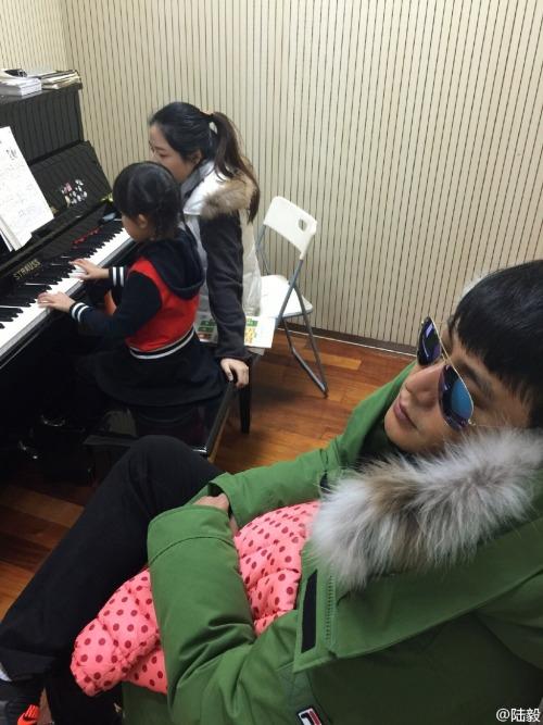 Lu Yi falling asleep during daughter's piano lesson