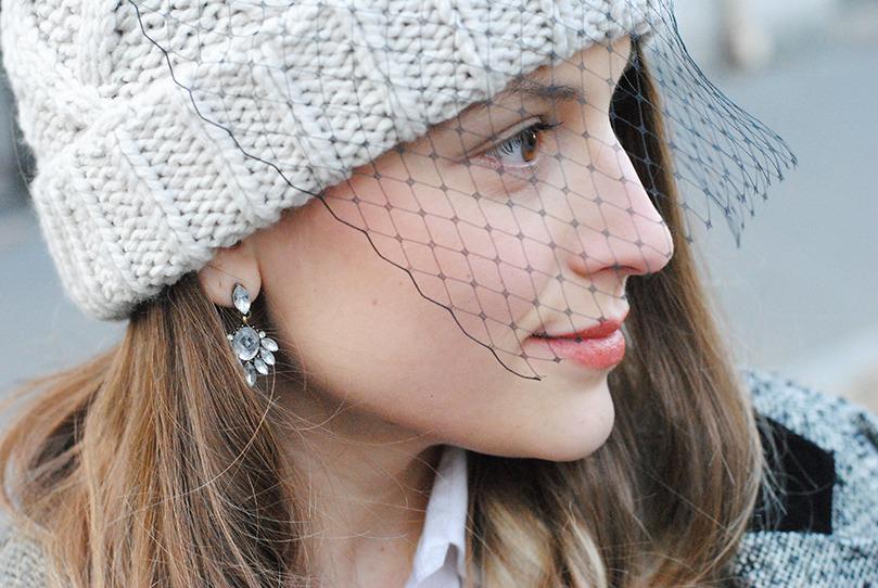 """INTERVIEW DE MARGOT, DU BLOG YOU MAKE FASHION.<br /><br /> .<br /><br /> .<br /><br /> Margot fait partie des bloggeuse qu'on ne présente plus. Sur son blog, You Make Fashion, elle nous fait partager son quotidien, poste des photos de ses tenues et propose des Do It Yourself à tomber. Margot a accepté de répondre à mes questions:<br /><br /> Comment définirais tu """"You Make Fashion""""?<br /><br /> Je prône la simplicité. Mes looks, mes DIY… sont simples. J'aime que mes lectrices apprécient mes idées et puissent les reproduire ou s'en inspirer.<br /><br />  Ou puises tu tes inspirations pour tes Do It Youself?<br /><br /> Sur les podiums, dans les boutiques, dans la rue… je m'inspire pour customiser mes basics. Quelle est ta tenue préférée? Tee-shirt / short et sneakers. Je voudrais vivre dans un pays où il fait assez chaud pour vivre en short toute l'année.<br /><br />  As tu une icone de mode dont tu t inspires?<br /><br /> Non. Je ne suis pas du style à avoir une icône. Mais je regarde beaucoup les blogs étrangers.<br /><br />  Y a t il une créateur ou une maison que tu aimes particulièrement?<br /><br /> Oui, Maison Martin Margiela. Cette maison mélange l'humour et la mode.<br /><br />  A quoi ressemble une de tes journées types?<br /><br /> Je me reveille l'iPhone à la main je regarde mes réseaux, mes mails et je réponds à mes commentaires. Je relais le nouvel article du jour et je peux commencer ma journée. J'ai deux types de planning ensuite. Si c'est une journée """"blog"""" j'enchaine les RDV avec les marques, avec les copines pour faire des photos de mon look puis le soir j'ai au moins un événement blog. Si c'est une journée travail je suis chez moi, sur mon bureau devant mon ordinateur. Et le soir je me force à mettre de côté mon ordi et mon téléphone.<br /><br />  Selon toi quel est le must have de la saison?<br /><br /> Cette saison: le tartan! Et il y a de quoi s'amuser.<br /><br /> A quelle pièce tu ne succomberas pas?<br /><br /> Je ne sucomberrais pas au mant"""
