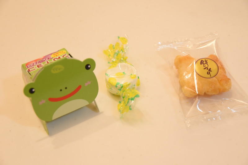 トイザらス限定 パビリオン ミッキー&フレンズ クラシッククレーンゲーム_お菓子は何を入れる?