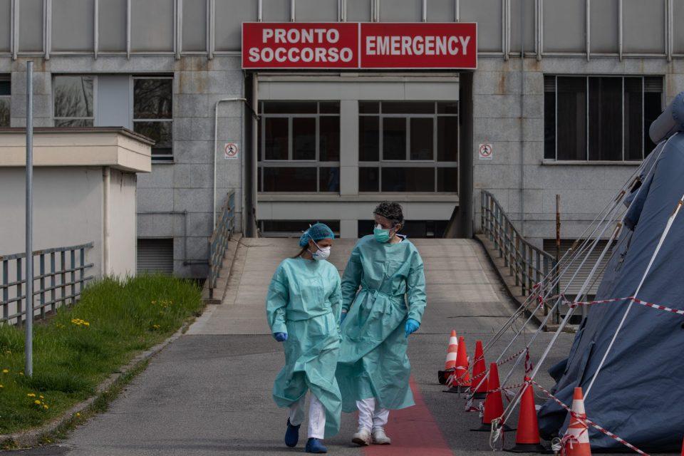 Enfermero pide matrimonio con ayuda de su traje anticovid