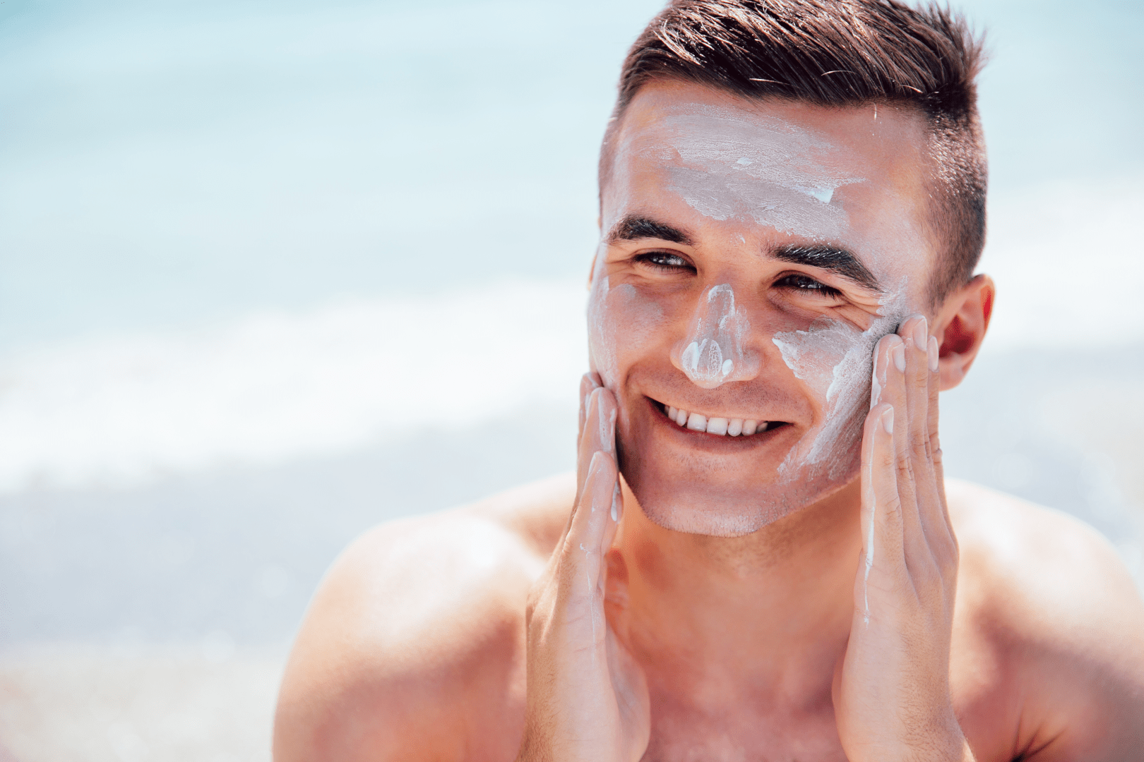 insolacao homem com protetor solar no rosto