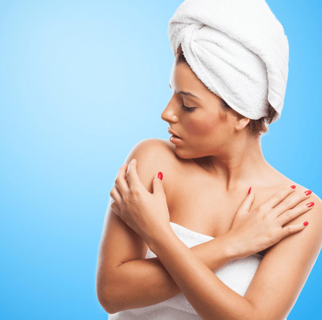 brotoeja mulher de toalha coçando o ombro