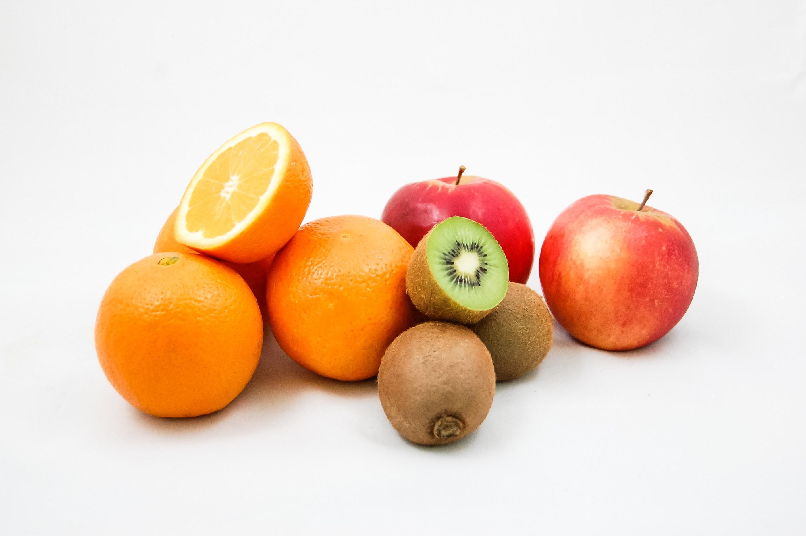 amamentacao frutas em um fundo branco