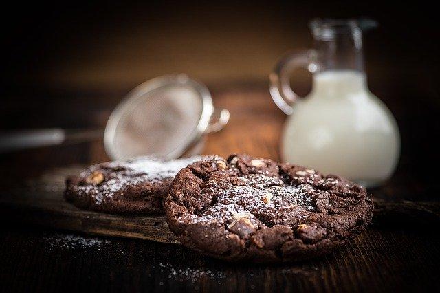 intolerancia a lactose jarra com leite e cookies de chocolate na frente